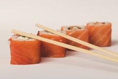 Quattro rotoli di sushi di Philadelphia con i bastoni Fotografia Stock Libera da Diritti