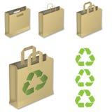 Quattro sacchi di carta marroni con riciclano il simbolo. Fotografia Stock