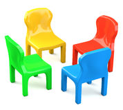 Quattro sedie fumetto-disegnate colorate Fotografia Stock