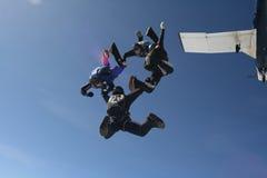 Quattro skydivers escono un aereo Fotografie Stock Libere da Diritti