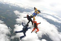 Quattro skydivers saltano da un aereo Fotografia Stock Libera da Diritti