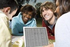 Quattro studenti che studiano all'aperto Fotografia Stock