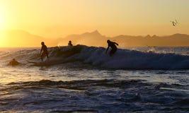 Quattro surfisti su un'onda Fotografia Stock Libera da Diritti