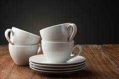 Quattro tazze di caffè ceramiche bianche normali Fotografia Stock Libera da Diritti