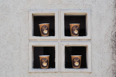 Quattro tazze di caffè nella finestra Fotografie Stock Libere da Diritti