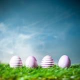 Quattro uova di Pasqua nell'erba Fotografie Stock