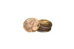 Quattro vecchie monete con i ritratti degli imperatori su un fondo bianco Fotografia Stock