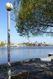 Quay d'étang de ville Photos stock