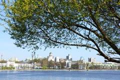 Quay d'étang de ville Photos libres de droits