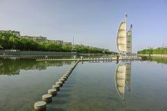 Quay de la rivière dans la ville de Dunhuang Image stock