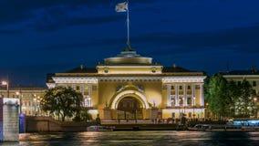 Quay de rivière Neva avec le bâtiment timelapse d'Amirauté et de palais de pont la nuit wthite St Petersburg, Russie banque de vidéos