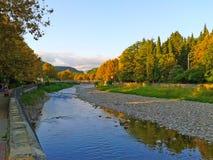 Quay del fiume, giallo va sugli alberi piani, paesaggio di autunno Immagine Stock