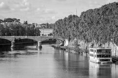 Quay des Flusses Tiber in Rom, in Italien und in der Brücke über ihr, schwimmend auf das Flussexkursionsboot für Touristen Lizenzfreie Stockfotos