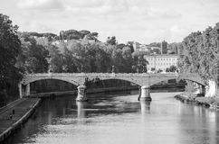 Quay des Flusses Tiber in Rom, in Italien und in der Brücke über ihr, schwimmend auf das Flussexkursionsboot für Touristen Stockbilder