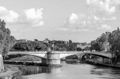 Quay des Flusses Tiber in Rom, in Italien und in der Brücke über ihr, schwimmend auf das Flussexkursionsboot für Touristen Stockbild