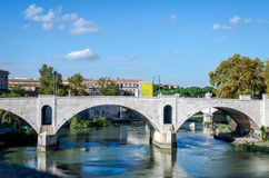 Quay des Flusses Tiber in Rom, in Italien und in der Brücke über ihr, schwimmend auf das Flussexkursionsboot für Touristen Lizenzfreie Stockfotografie