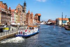 Quay di vecchia città, barca di escursione, fiume di Motlawa a Danzica Immagine Stock Libera da Diritti