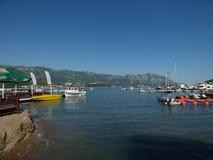 Quay e navi nella città di Budua, Montenegro immagini stock libere da diritti