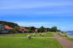 Quay hermoso en el pueblo de Juodkrante, Lituania imagenes de archivo