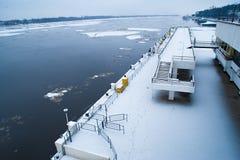 Quay i rzeka z latającym lodem obraz stock