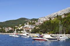 Quay mit Yachten und Booten Stockfoto