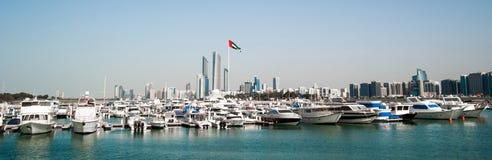 Quay mit Yachten und Wolkenkratzern Stockfotografie