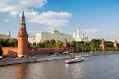 Quay Moscow rzeka przy Moskwa Kremlin Zdjęcia Stock
