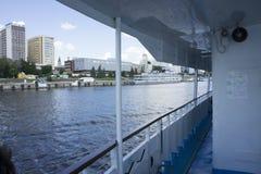 Quay pendant une promenade sur le bateau photographie stock
