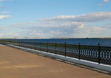 Quay und bridgeon der Fluss Stockfoto