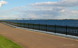 Quay und bridgeon der Fluss Lizenzfreies Stockfoto