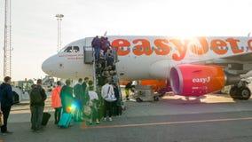 Que пассажиров всходя на борт к самолету EasyJet Стоковые Изображения RF