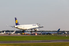 A320 que aterra à pista de decolagem Fotos de Stock Royalty Free