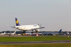 A320 que aterriza a la pista Fotos de archivo libres de regalías