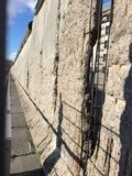 Que camina y que visita Berlín el falt de la pared abajo en 1989 Fotografía de archivo libre de regalías