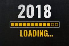 2018 que carga con la barra de progreso, dibujo de tiza en la pizarra fotografía de archivo