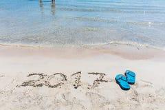 2017 que escribe en la arena, muestra del Año Nuevo Foto de archivo libre de regalías