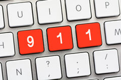 911 que escriben en el teclado blanco Imagen de archivo