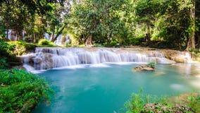 Que la cascada sawan, cascada del paraíso en la selva tropical tropical de Tailandia, caída del agua en bosque profundo en la fro Imagen de archivo