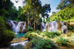 Que la cascada sawan, cascada del paraíso en la selva tropical tropical de Tailandia, caída del agua en bosque profundo en la fro Fotografía de archivo libre de regalías