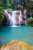 Que la cascada sawan, cascada del paraíso en la selva tropical tropical de Tailandia, caída del agua en bosque profundo en la fro Imágenes de archivo libres de regalías