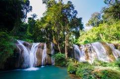 Que la cascada sawan, cascada del paraíso en la selva tropical tropical de Tailandia, caída del agua en bosque profundo en la fro Fotos de archivo libres de regalías