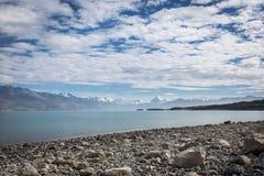 Que lago agradável em Nova Zelândia com as nuvens na parte superior fotografia de stock royalty free