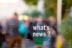 Que notícias do ` s, no tela táctil com estatísticas em povos borram o fundo Conceito de que notícia do ` s? imagem de stock
