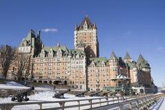 Quebec, Canadá - 3 de febrero de 2016: Castillo francés Frontenac, con nieve Imagen de archivo libre de regalías