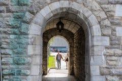 QUEBEC CITY KANADA - MAJ 19, 2018: Folk på gator Lokaler och turister i Quebec royaltyfri fotografi