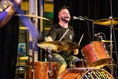 QUEBEC CITY KANADA - MAJ 18, 2018: Musikkonsert på den Petit Champlain teatern i gamla Quebec City royaltyfri foto