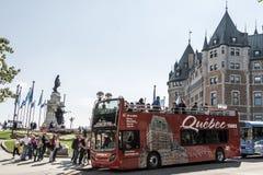 Quebec City Kanada 13 09 2017 röda framdel för buss för sightdubblettdäck av stad för arv för den ChateauFrontenac UNESCO turnera Royaltyfri Bild