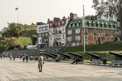 Quebec City Kanada 13 09 2017 turister på Terrasse Dufferin som lokaliseras ovanför UNESCOvärldsarv för St Lawrence Stream Arkivfoto