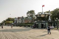 Quebec City Kanada 13 09 2017 turister på Terrasse Dufferin som lokaliseras ovanför UNESCOvärldsarv för St Lawrence Stream Arkivfoton