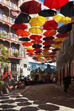 Quebec City Rue de Cul de Sac ha decorato con gli ombrelli immagini stock